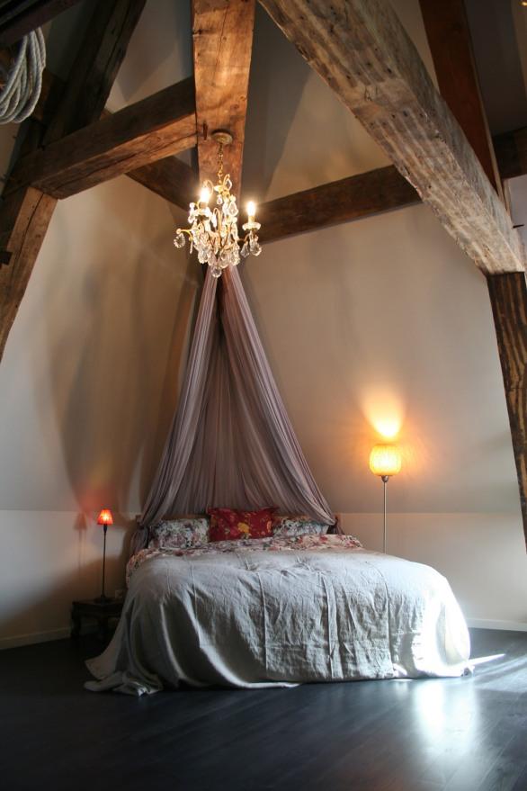 Artist-Residency-Centre-Pompadour-grenier-grise-lit